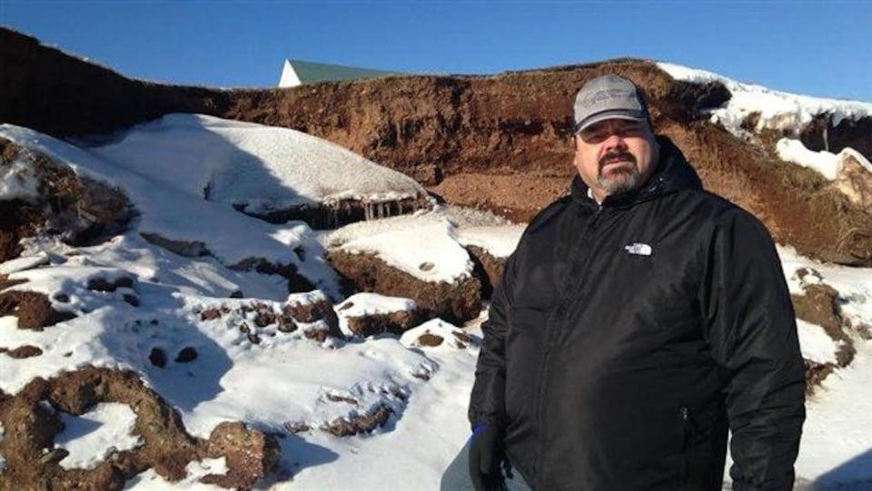 Daniel Duguay pose devant un cap qui s'érode.