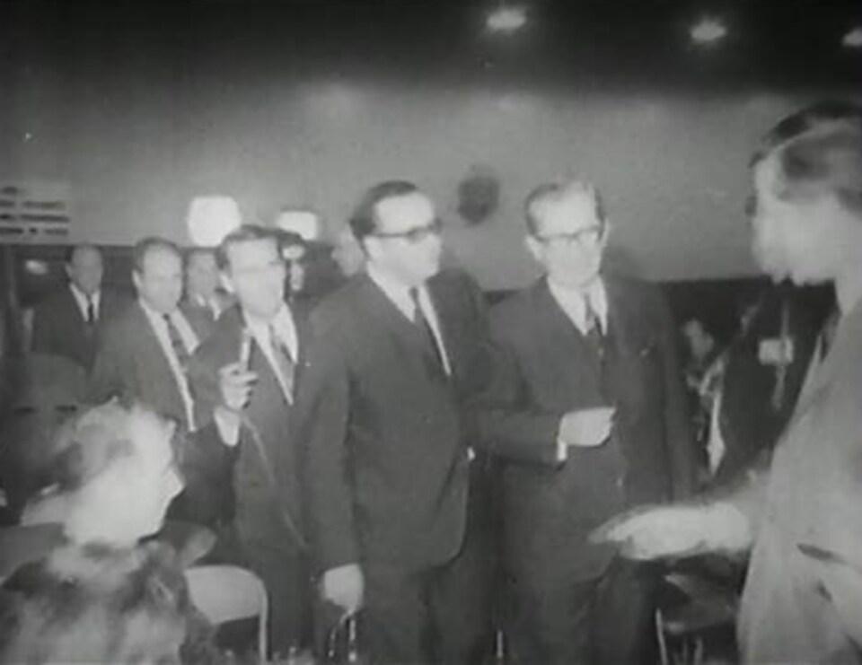 Photo en noir et blanc de Daniel Johnson la veille de son décès à la taverne du chantier de Manic-5.