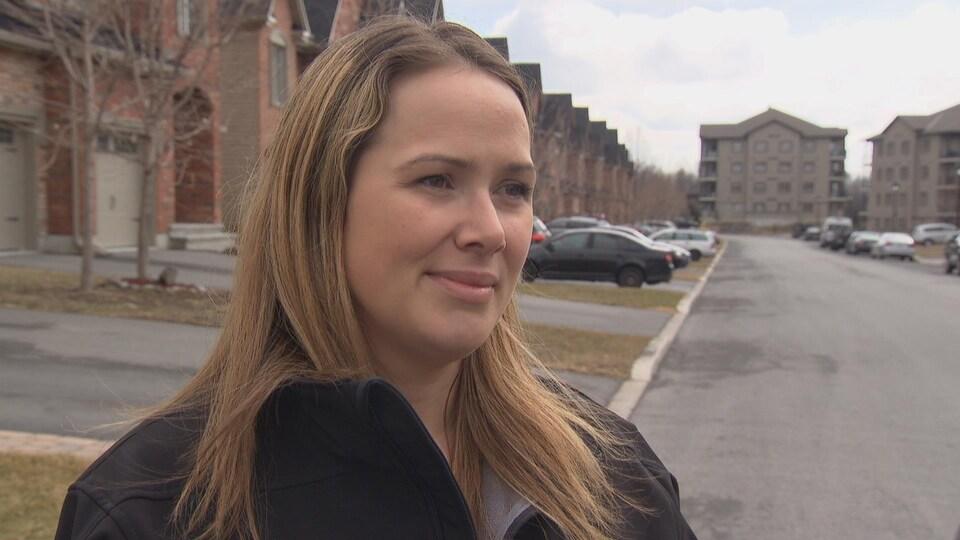 Danielle Doucet devant sa maison.