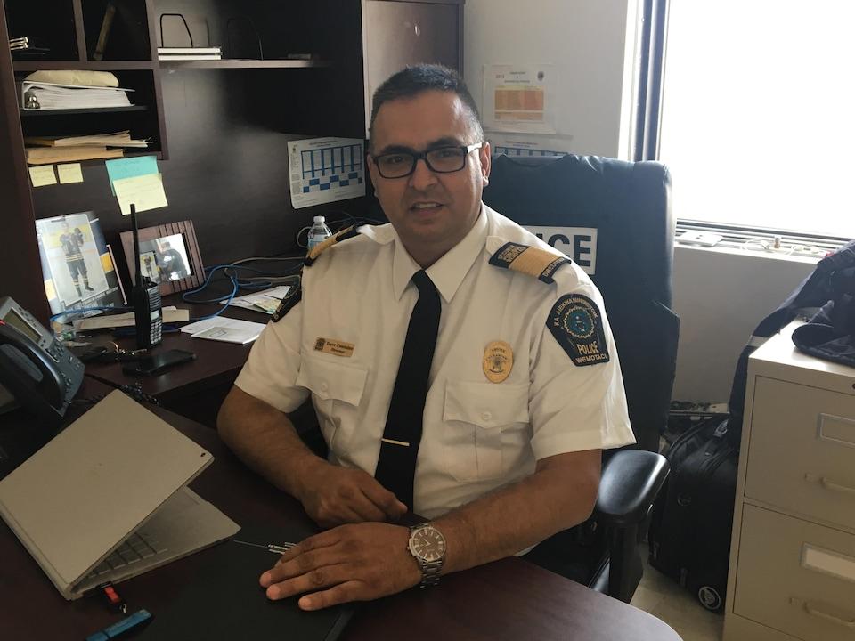 Le chef du Service de police de Wemotaci, Dave Fontaine, dans son bureau.