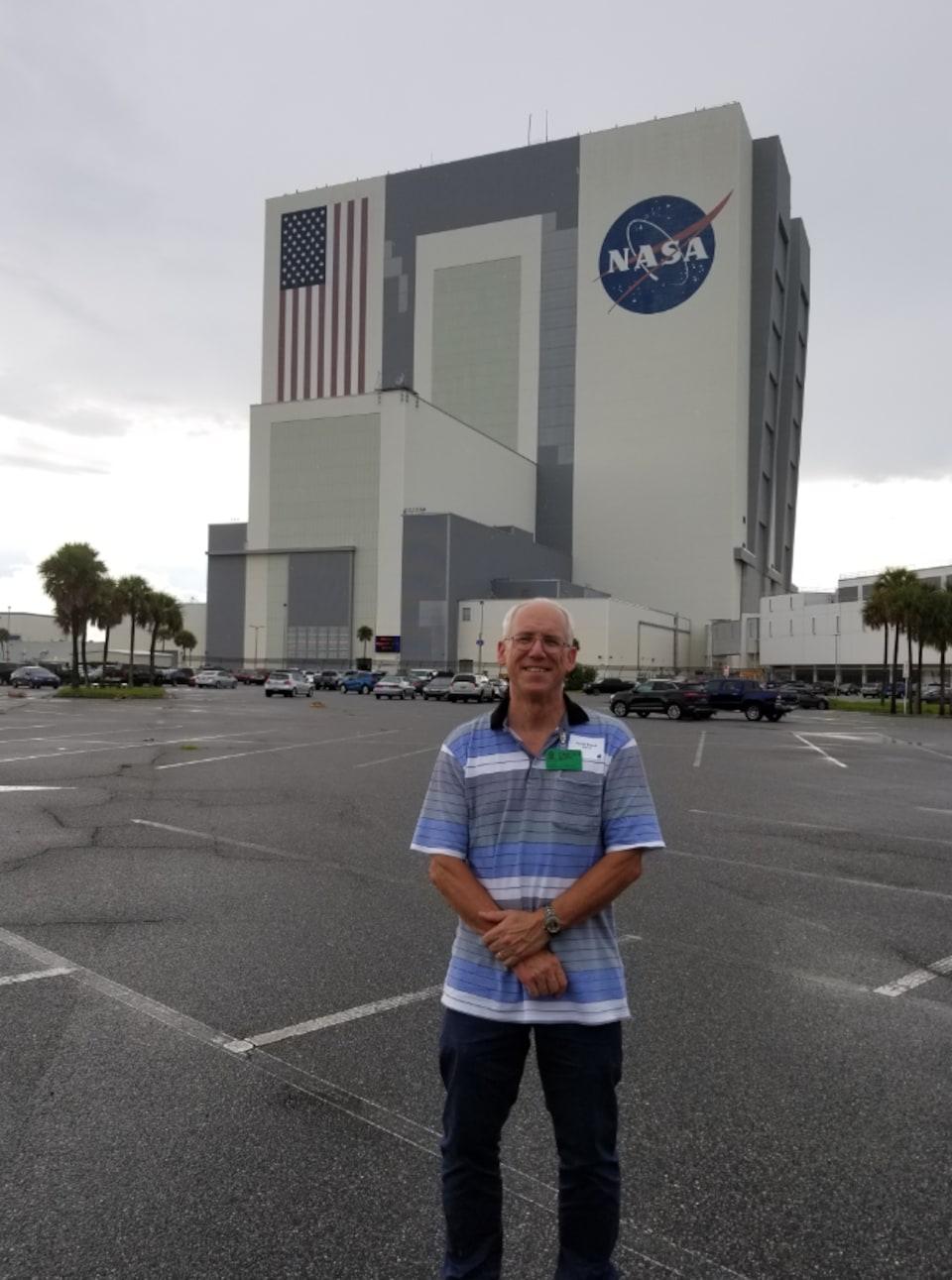 David Brault devant le centre spatial, en Floride.