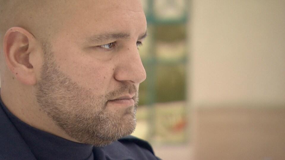 L'agent David Frigon en entrevue à l'extérieur du poste de police de la MRC des Collines