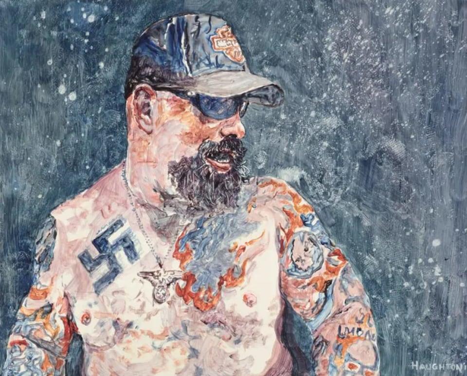 Portrait d'un homme en casquette et lunettes de soleil torse nu tatoué sur tout le torse dont le signe nazi.