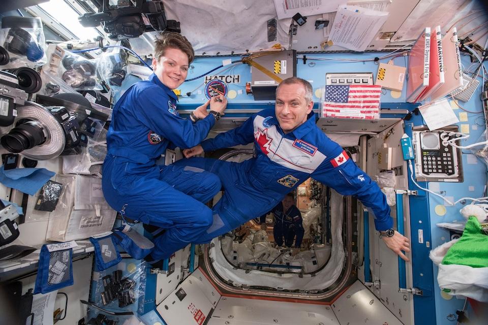 Anne McClain et David Saint-Jacques dans le module Destiny de la SSI.