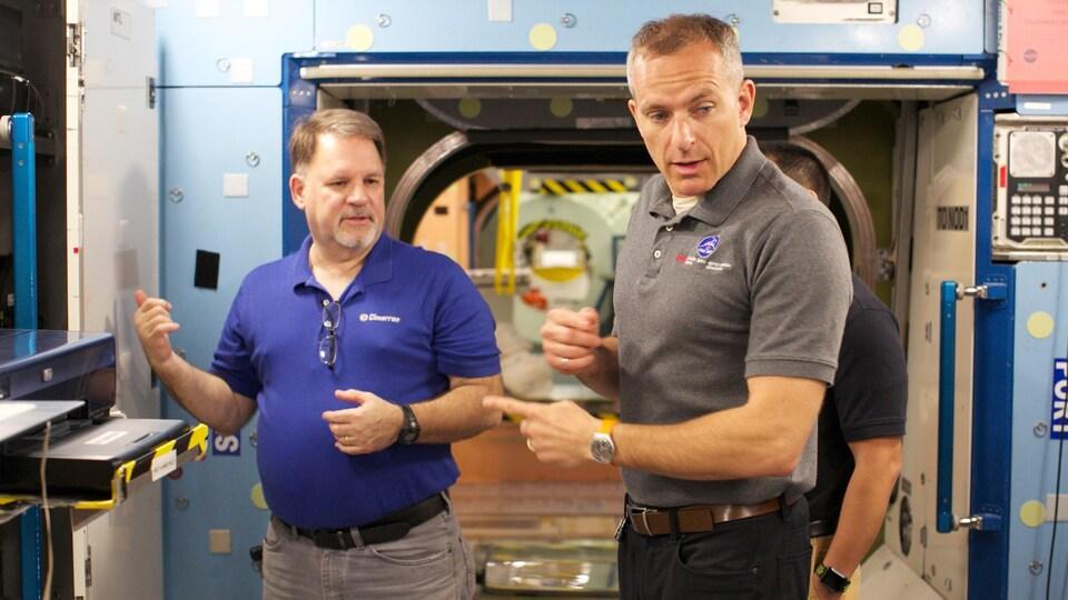 Séance d'explications sur le fonctionnement des systèmes de la station spatiale.