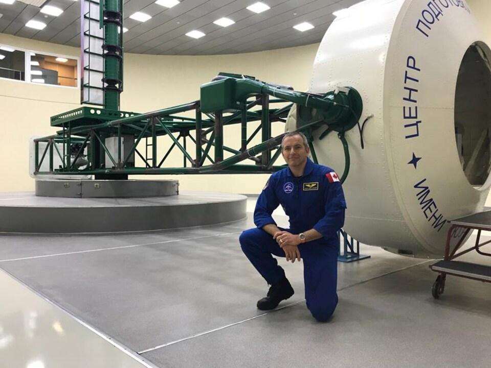 Dans le cadre de sa formation, David Saint-Jacques effectue des exercices de simulation dans la centrifugeuse CF-7 de la Cité des étoiles.