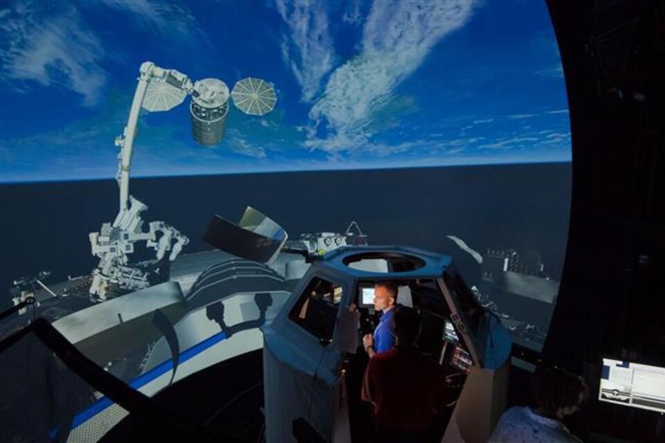 Au centre spatial Johnson de la NASA, David Saint-Jacques s'exerce à saisir des engins spatiaux en vol libre dans le simulateur du poste de travail de robotique qui se trouve dans la coupole de la Station spatiale internationale.