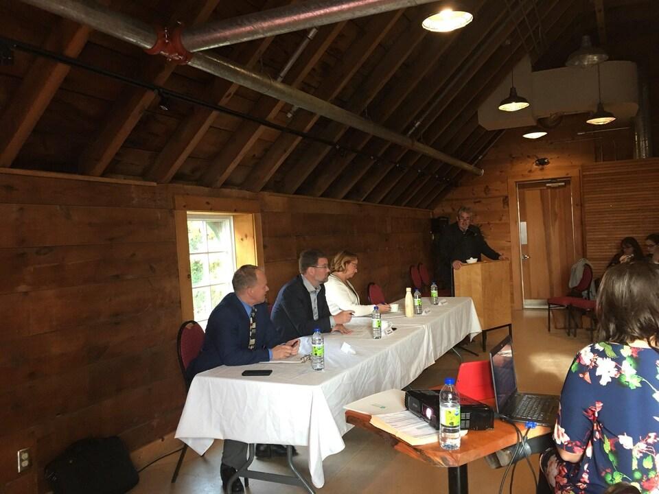 Rémi Bergeron, Maixime Pedneaud-Jobin et Sylvie Goneau sont assis à une table dans une salle