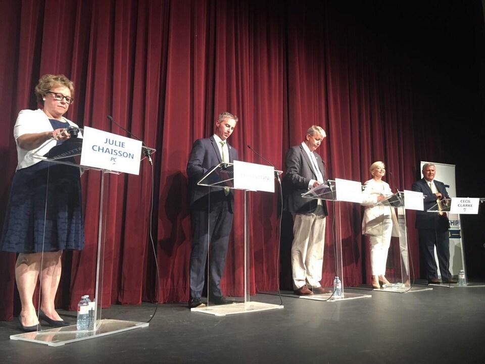 Julie Chaisson, Tim Houston, John Lohr, Elizabeth Smith-McCrossin et Cecil Clarke lors d'un débat.