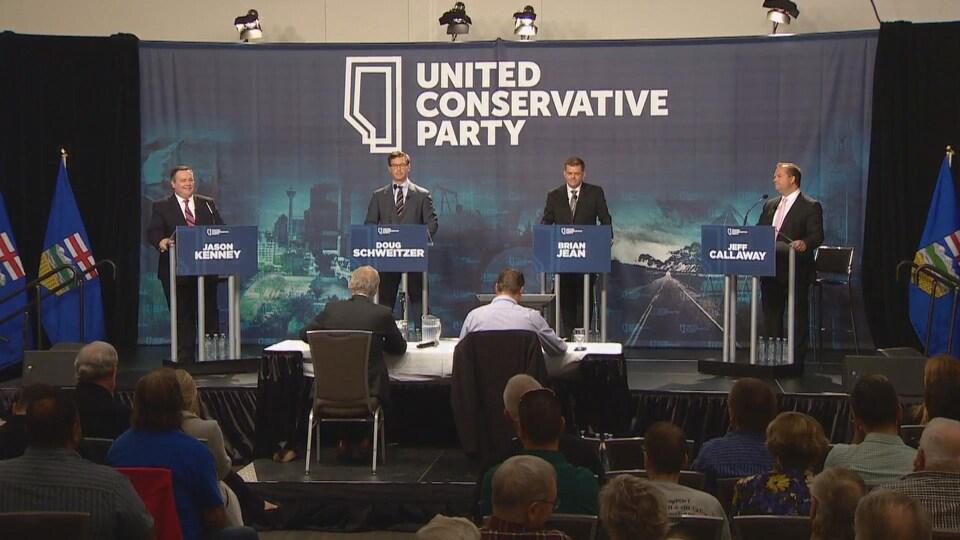 Jason Kenney, Doug Schweitzer, Brian Jean et Jeff Callaway lors du débat.