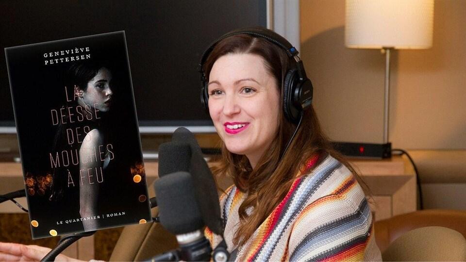 L'écrivaine en studio, des écouteurs sur la tête, avec, au premier plan, la couverture de son livre La déesse des mouches à feu.