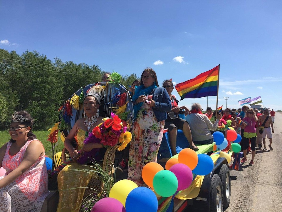 De nombreuses personnes défilent aux couleurs de la communauté LGBTQ dans la Première Nation Beardy's and Okemasis.