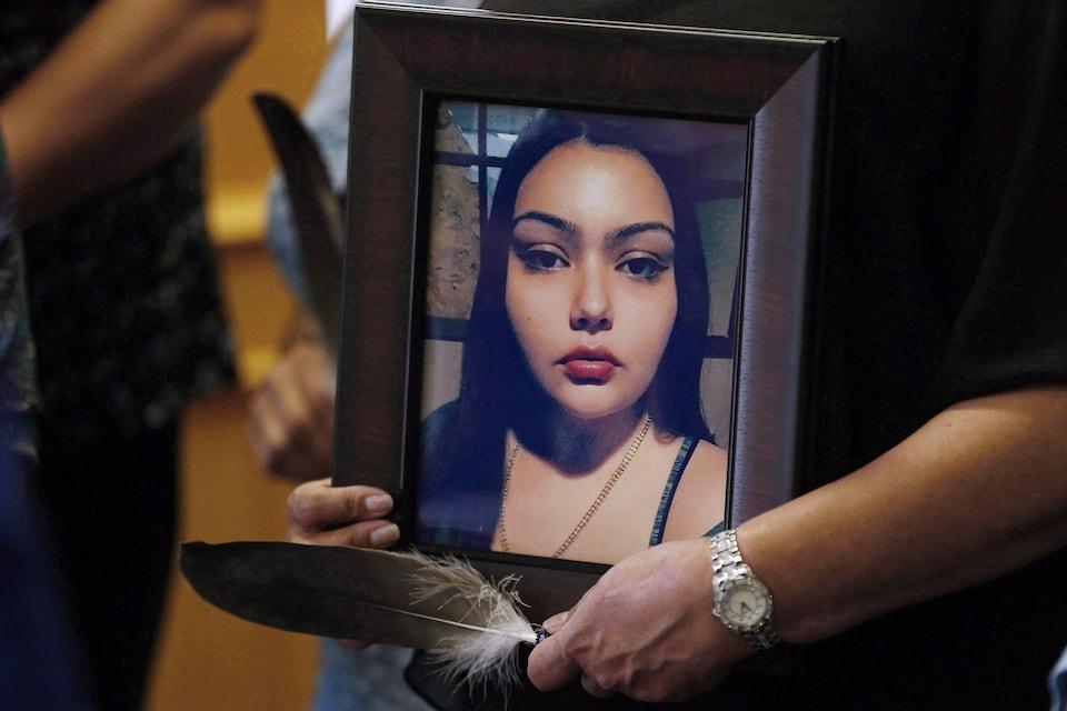Lors d'une conférence de presse à Winnipeg, le 12 juillet 2017, demandant une réorganisation de l'enquête nationale sur les femmes et les filles autochtones disparues et assassinées, Delores Daniels tient une photo de sa fille Serena McKay, assassinée à Sagkeeng au Manitoba.