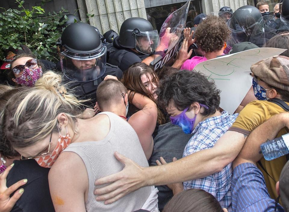 Une bousculade entre manifestants et policiers antiémeute.