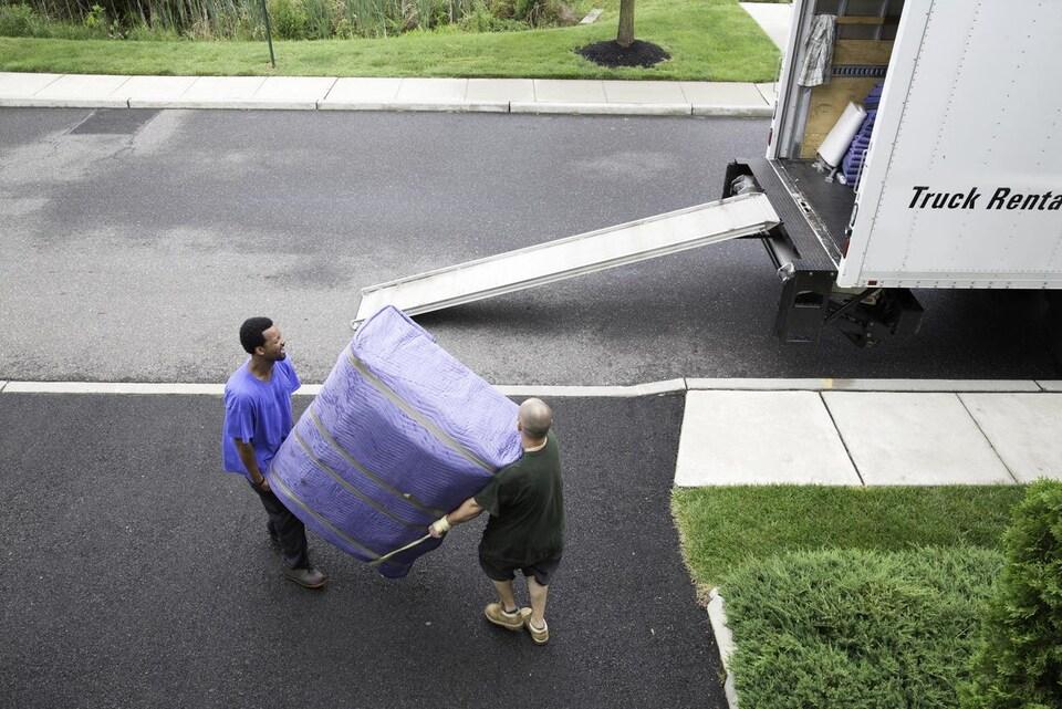 Il faut s'assurer que les déménageurs sont sensibilisés au problème des punaises.