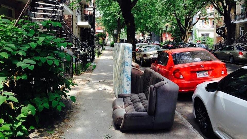 De nombreux objets encombrants sont laissés sur les trottoirs montréalais en ce 1er juillet.