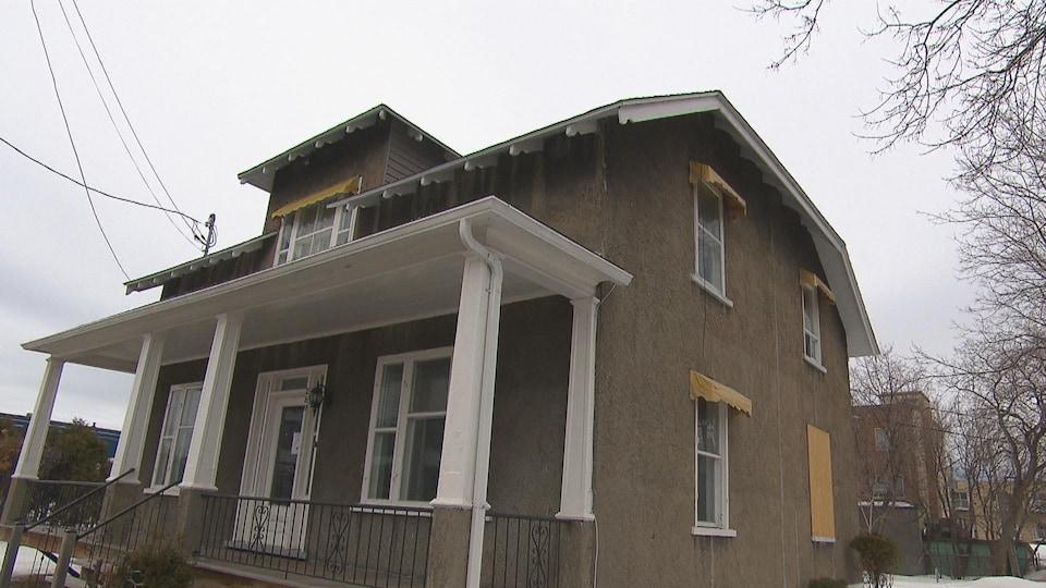 Une vieille maison est située au coeur du centre-ville de Chicoutimi.