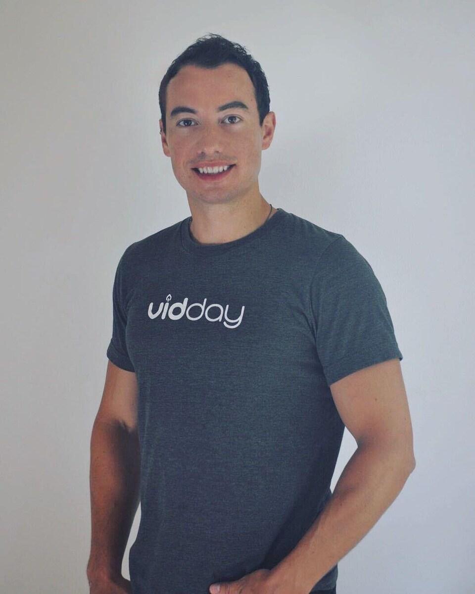 Denis Devigne porte un tee-shirt avec le logo de l'entreprise VidDay.