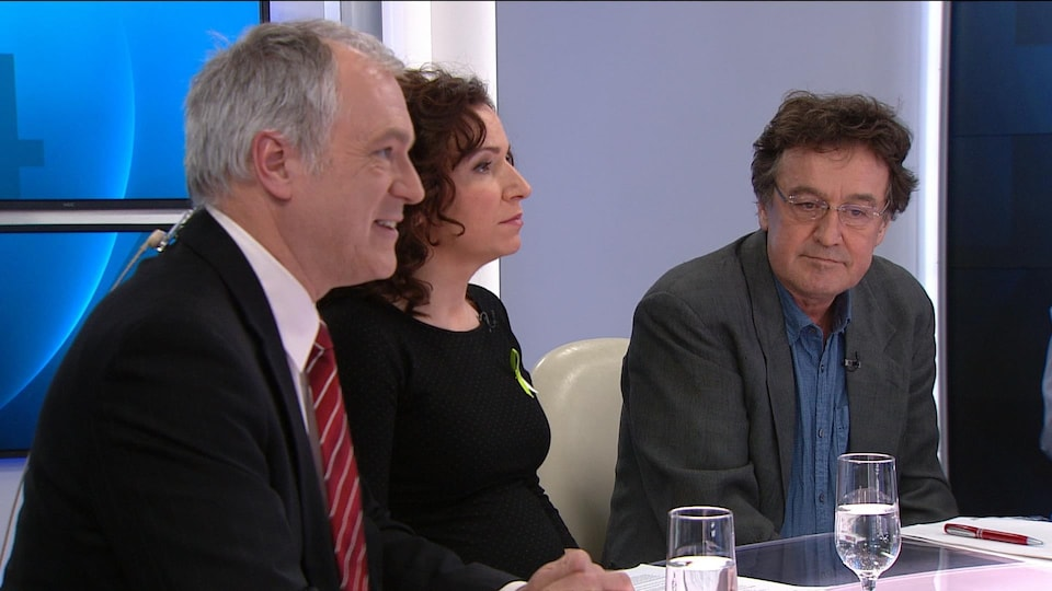 Trois personnes assises