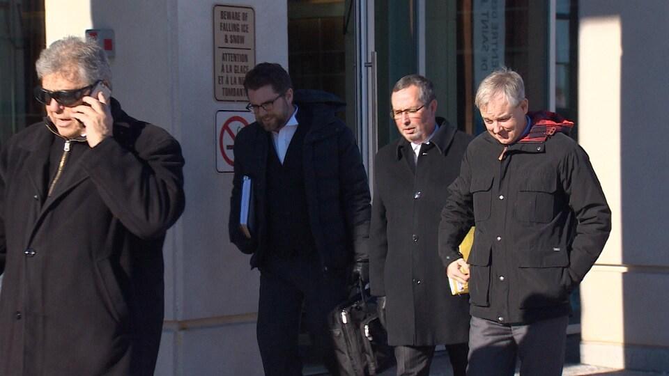 Dennis Oland (à droite) quitte le palais de justice de Saint-Jean avec ses avocats, lundi midi. La photo a été prise le 7 janvier 2019.