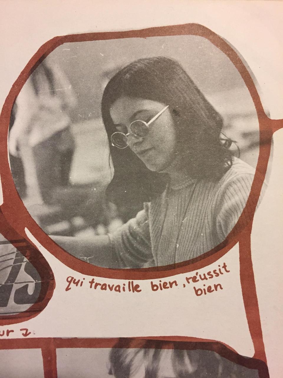 Sur cette photo en noir et blanc, on voit denise truax alors âgée de 17 ou 18 ans; lunettes rondes et cheveux droits jusqu'aux épaules.