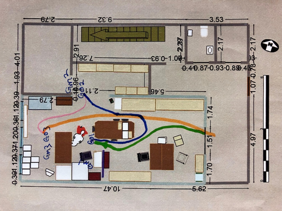 Greg Oram a indiqué les endroits où il s'est rendu dans le bureau de Richard Oland. Le témoin a tracé les lignes en cour, lors de son témoignage. Le corps de la victime est représenté dans le coin inférieur gauche.