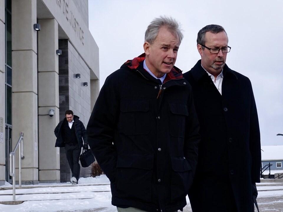 Dennis Oland, accusé du meurtre de son père Richard Oland, à la sortie du palais de justice de Saint-Jean, au Nouveau-Brunswick.