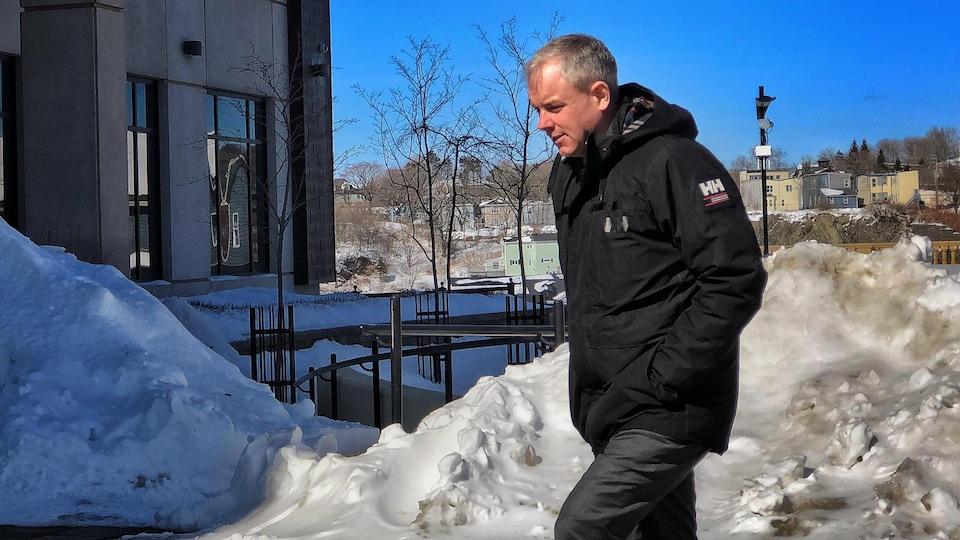 Dennis Oland, 51 ans, arrive au palais de justice de Saint-Jean, au Nouveau-Brunswick.
