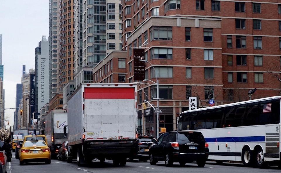 Plusieurs véhicules forment une file dans les rues de Manhattan.