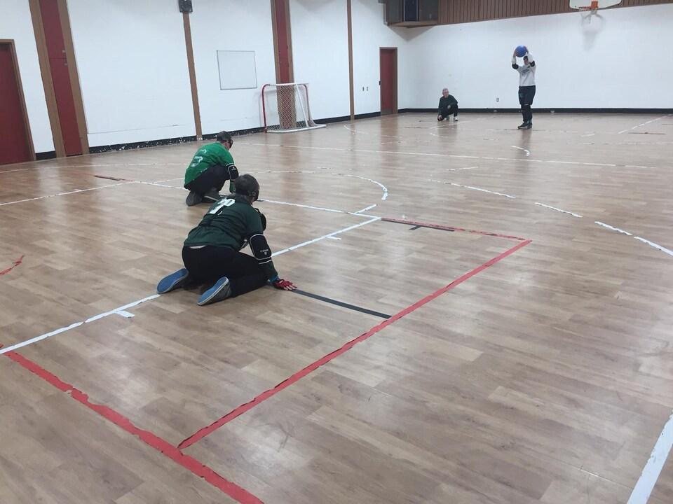 Des joueurs lors d'une partie de goalball.