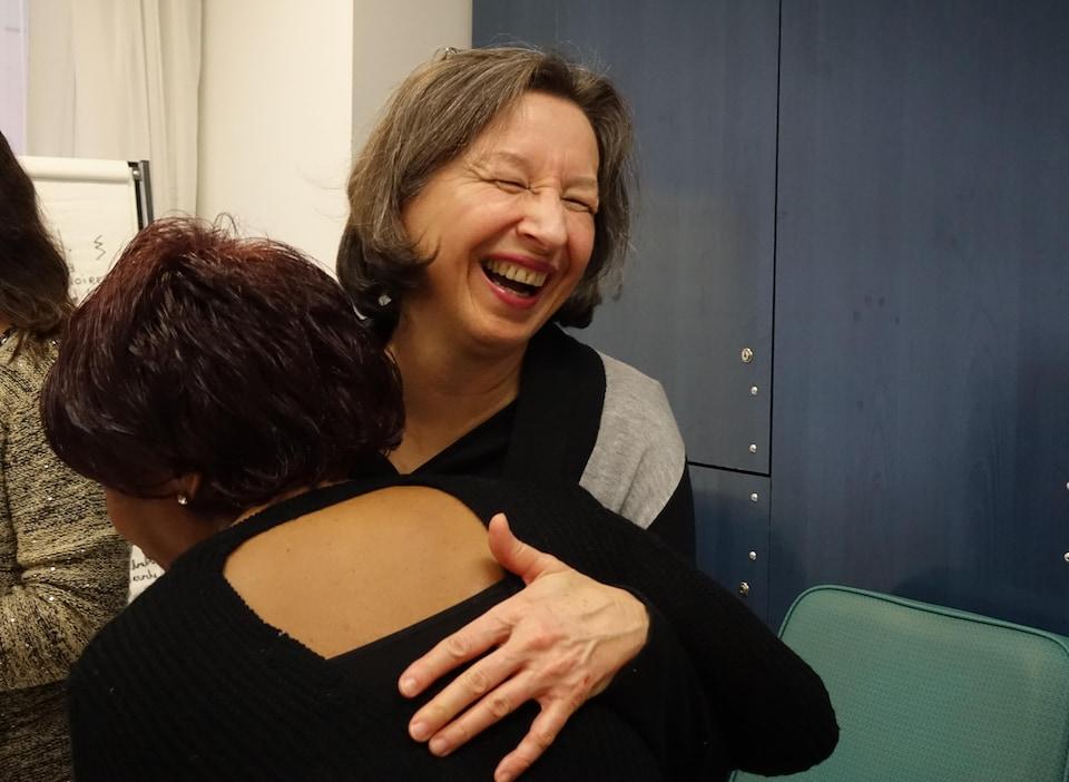 La fondatrice de La rue des Femmes, Léonie Couture, serre dans ses bras Johanne, qui vient de décider de se joindre à la chorale.