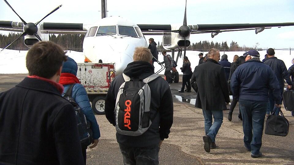 Des passagers se dirigent vers un avion.