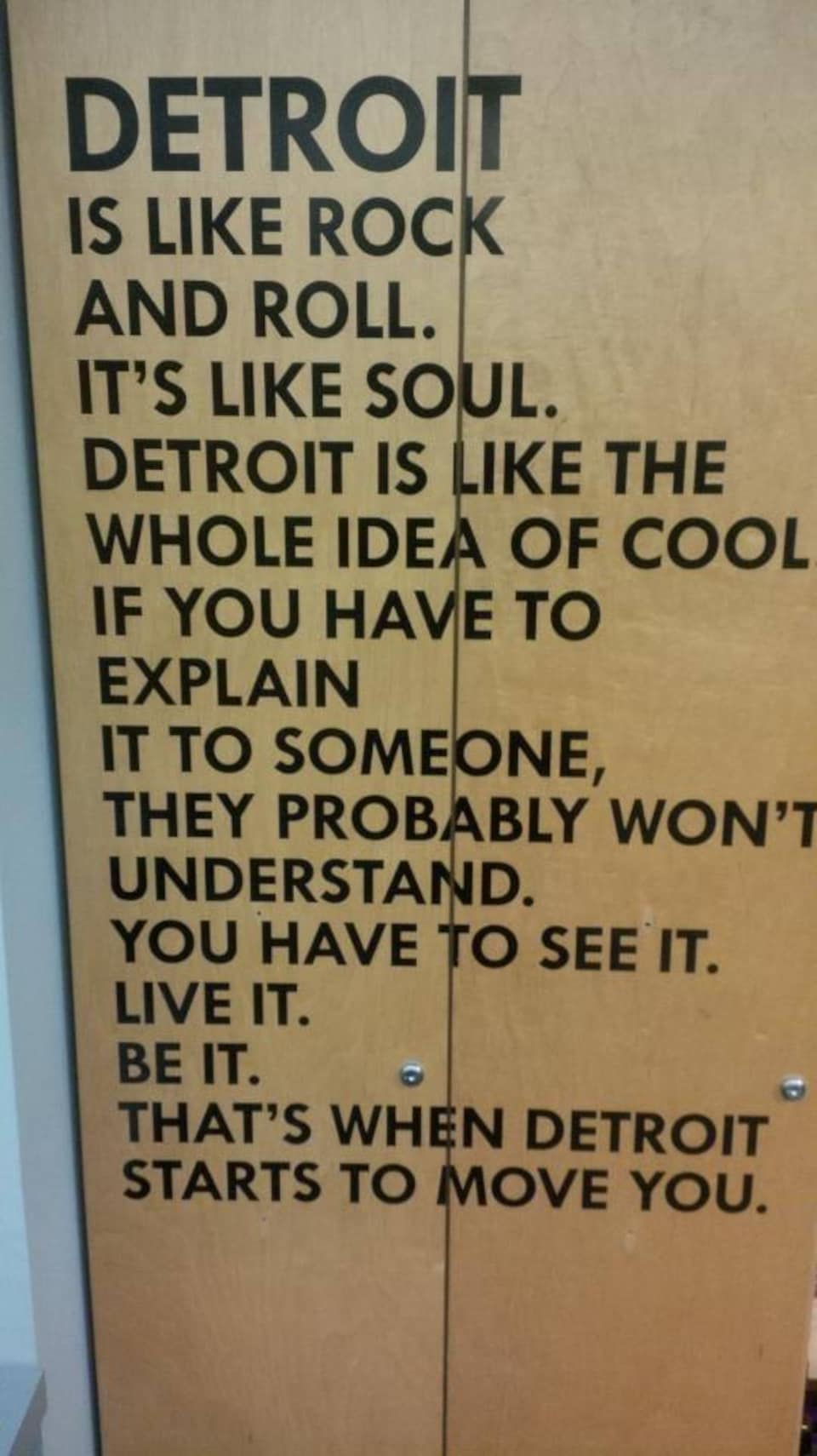 Sur l'affiche, on peut lire : «Detroit is like rock and roll. It's like soul. Detroit is like the whole idea of cool if you to explain it to someone, they probably won't understand. You have to see it. Live it. Be it. That's when Detroil starts to move you.»