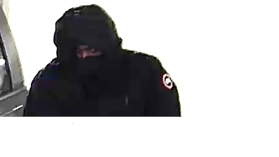 Le deuxième suspect est un homme à la peau foncée, mesurant environ 1,85 mètre. Il portait une veste noire de marque Canada Goose.