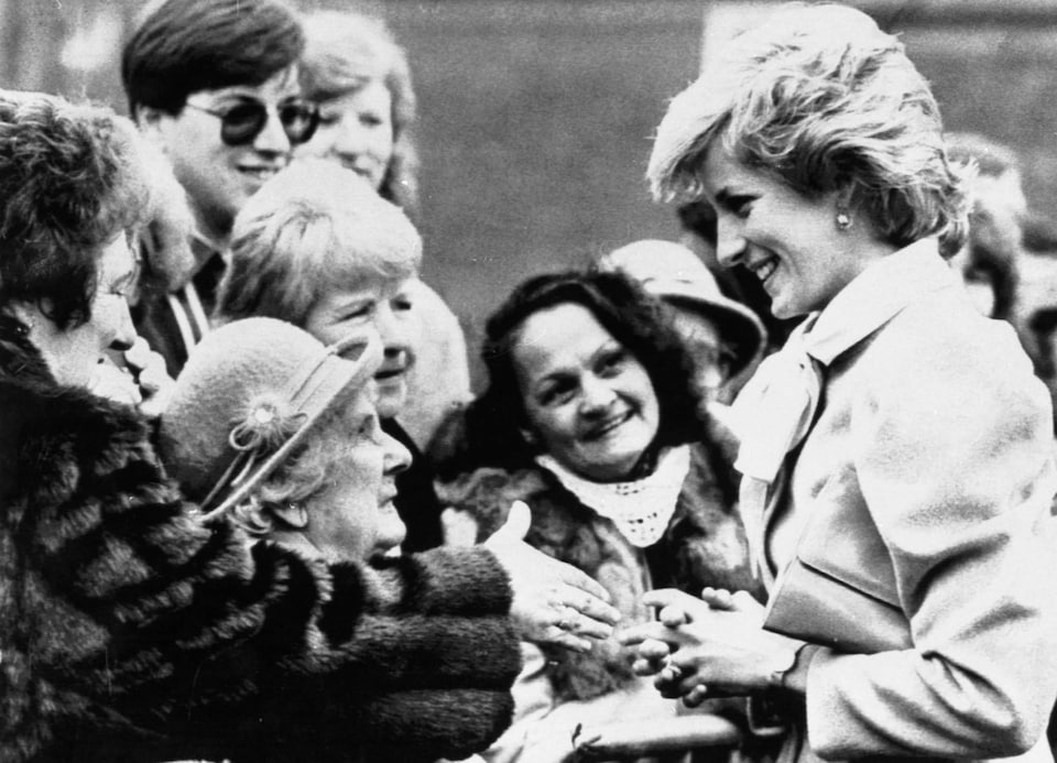 La princesse Diana devant des femmes qui la regardent avec admiration. Elle discute avec Amy Scott, une dame de 84 ans, à Chelmsford au Royaume-Uni.