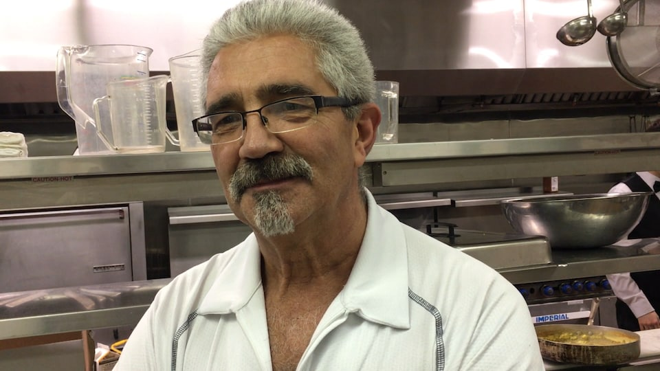 Portrait d'un homme dans une cuisine.