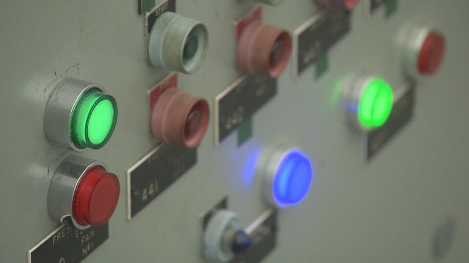 Des panneaux de contrôles réglaient la température et l'approvisionnement en eau du Diefenbunker.