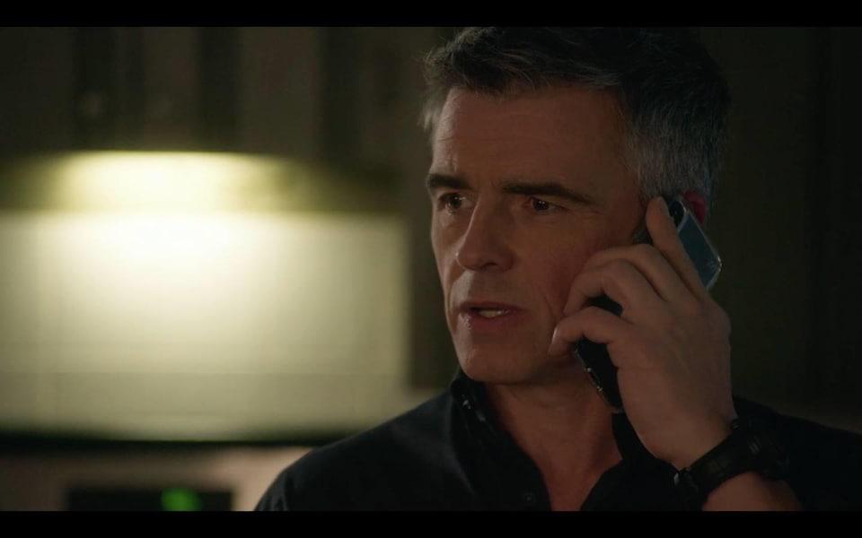 L'homme est au téléphone.