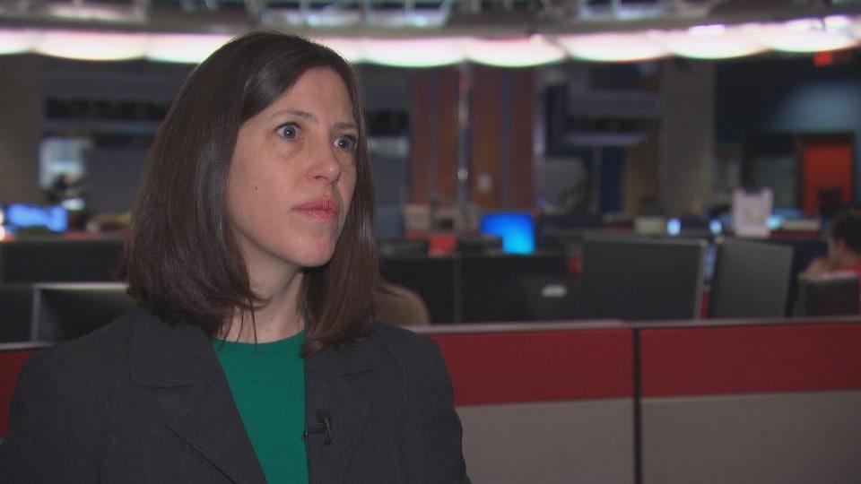 Dre Vera Etches répond aux questions d'une journaliste dans une salle de nouvelles.