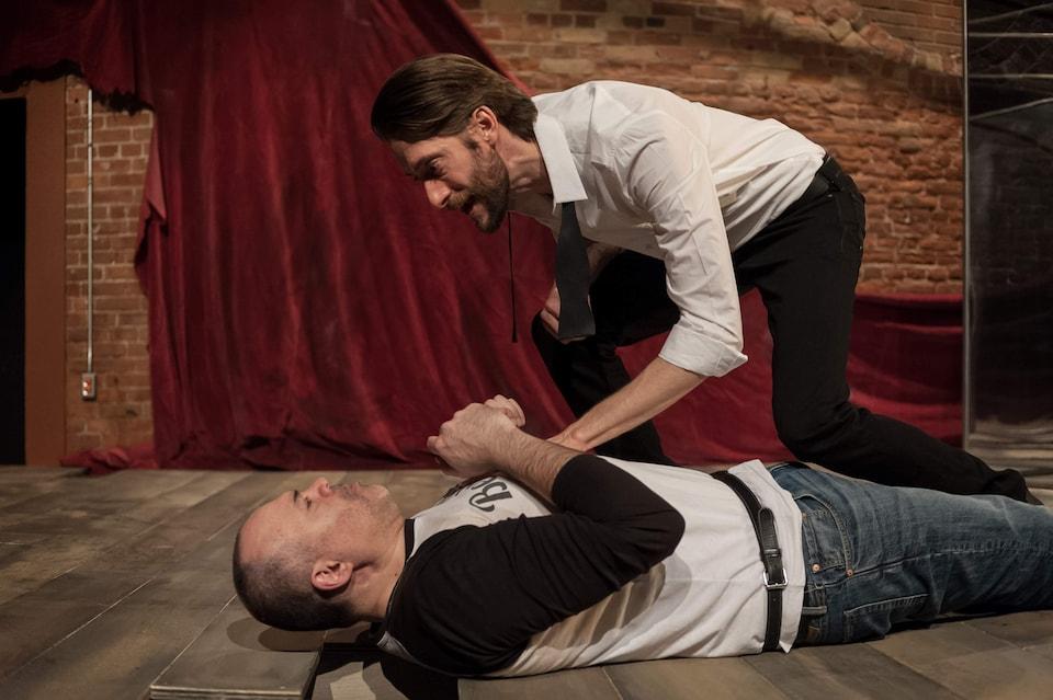 Les deux acteurs sur scène