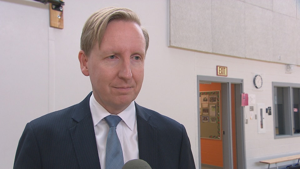 Le ministre de l'Éducation Dominic Cardy lors d'un point de presse