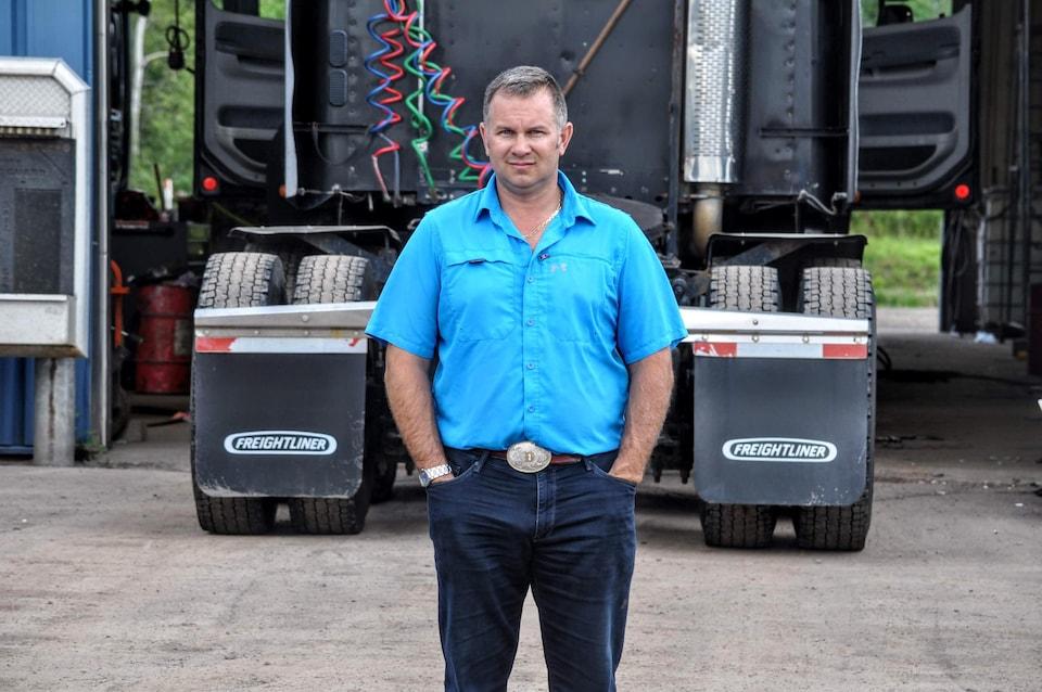Donnie Fillmore devant un de ses camions.