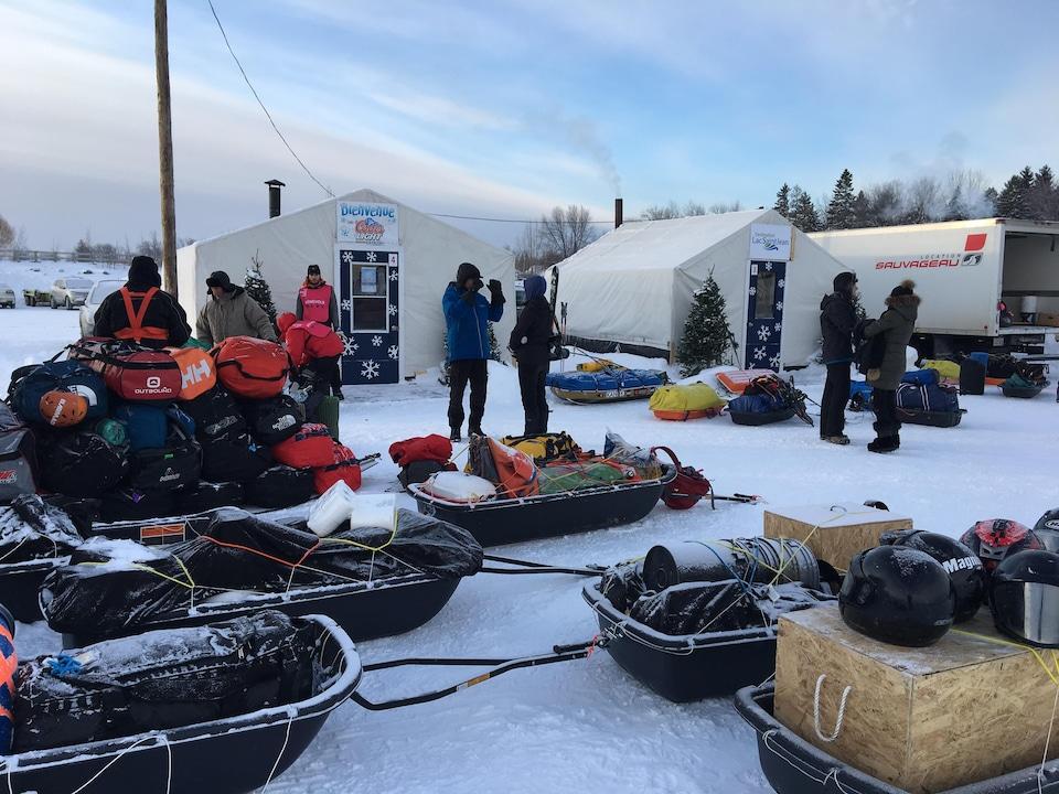 Équipement dans des traîneaux avant le départ.