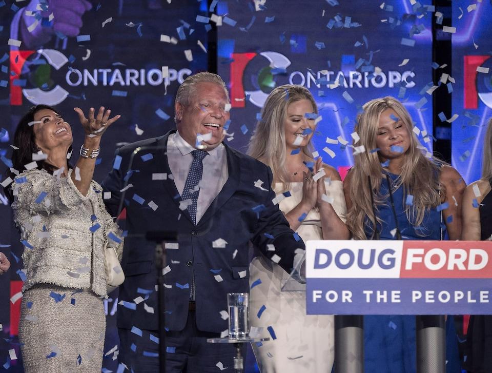 Photo de confettis qui tombent sur Doug Ford et ses proches.
