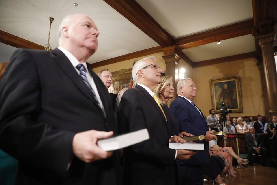 Doug Ford et certains de ses ministres.