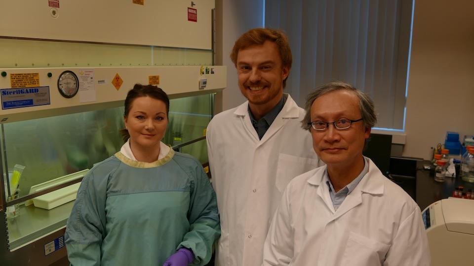 Michelle Shuel, Guillaume Poliquin et Raymond Chang sont habillés en sarraus dans un laboratoire.