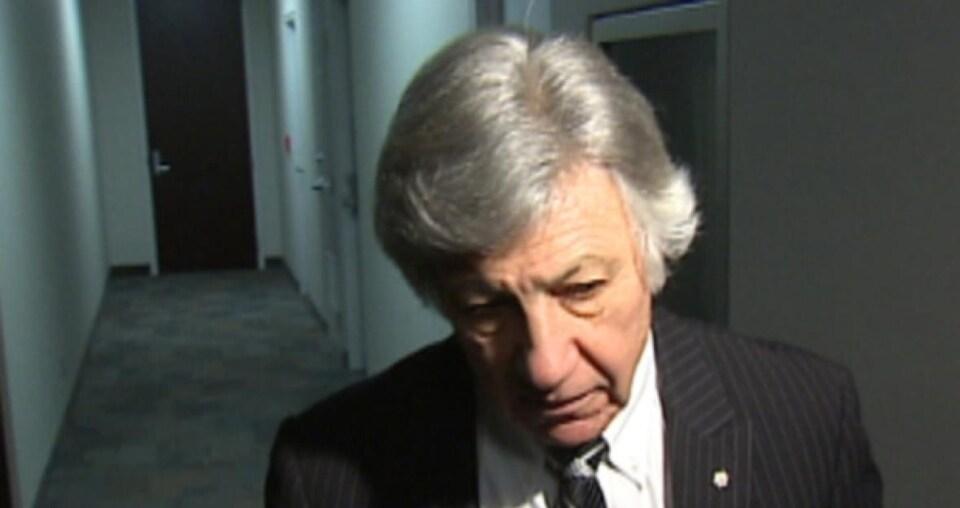 Le Dr Norman Barwin dans un couloir.