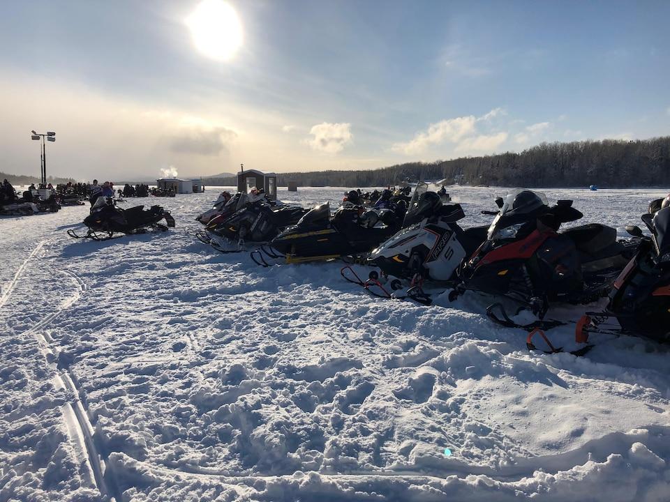 Des motoneiges sur le lac des Aigles