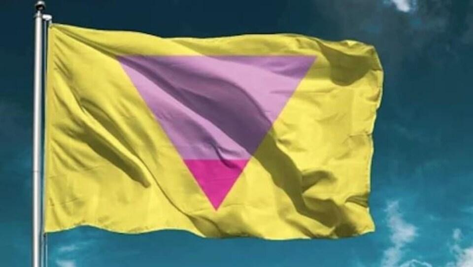 Le drapeau est jaune avec un grand triangle rose et un plus petit magenta