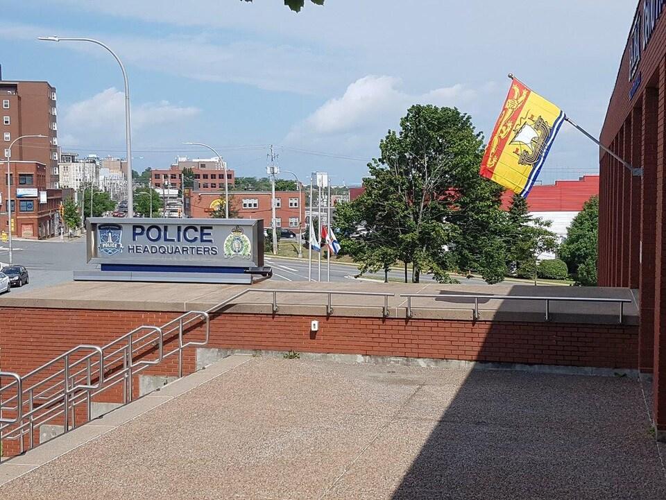 Le drapeau du Nouveau-Brunswick a été installé au quartier général de la police régionale d'Halifax.